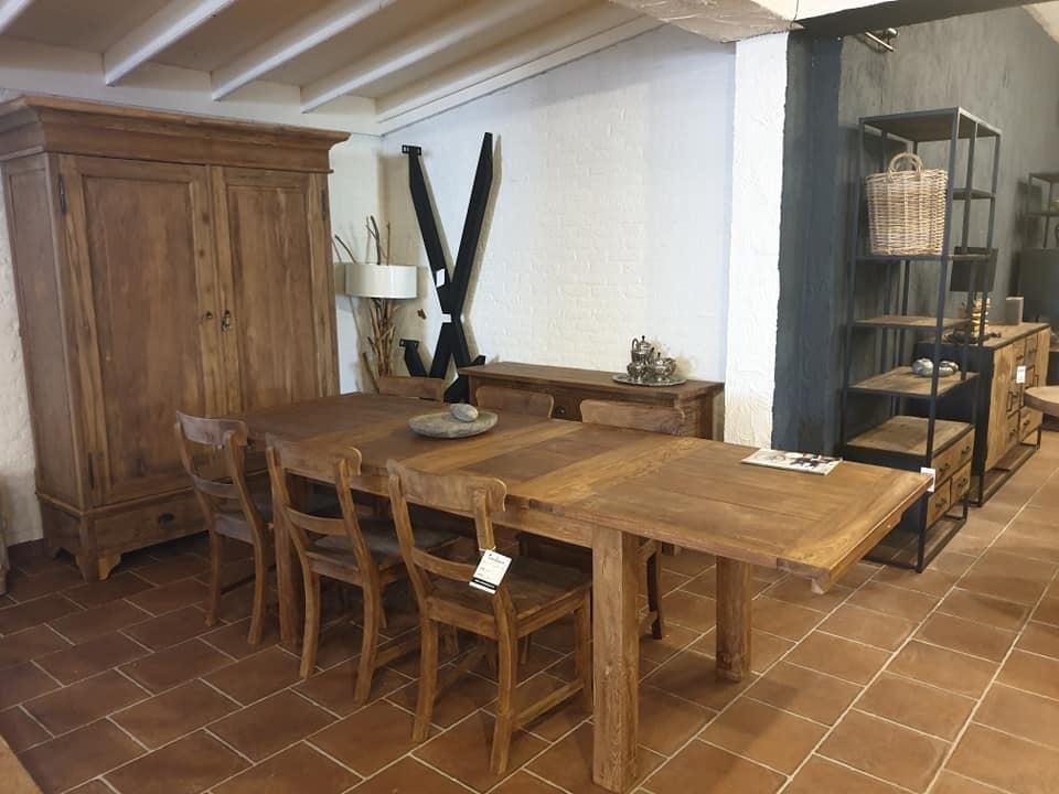 Voorbeeld van een teak tafel met teak stoelen in onze showroom in Venray
